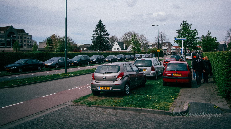 Голландия парковка на газоне